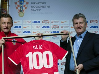"Šuker presents Olić with centenary award: ""I will give my all once again"""