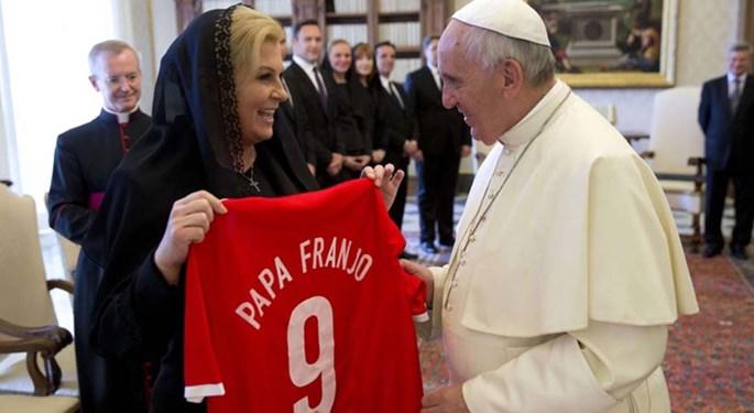 Predsjednica poklonila papi Franji hrvatski dres