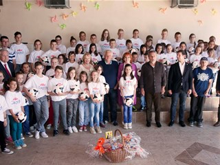 HNS darovao 50 lopti djeci s poplavljenih područja