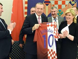 Davor Šuker uručio turskom predsjedniku prigodni dres