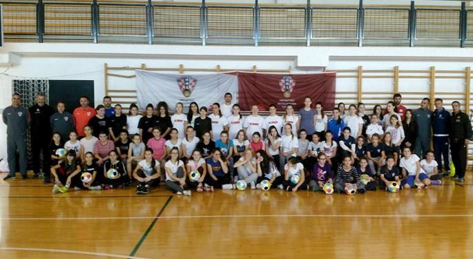 100 djevojčica na festivalu nogometa u Splitu