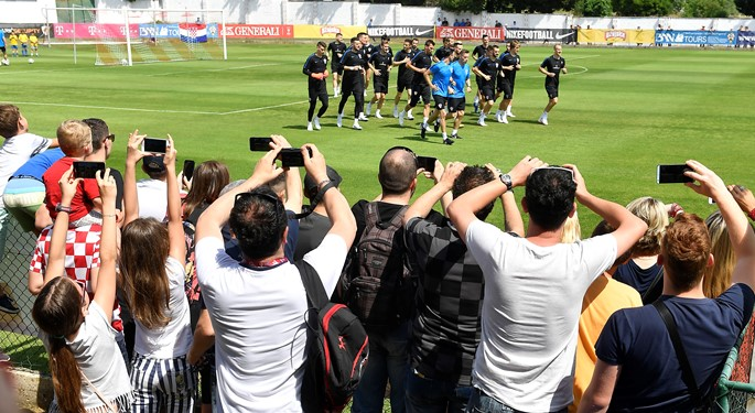 Reprezentativci razveselili najmlađe navijače na otvorenom treningu u Rovinju#Young Croatia Fans Meet their Idols in Rovinj