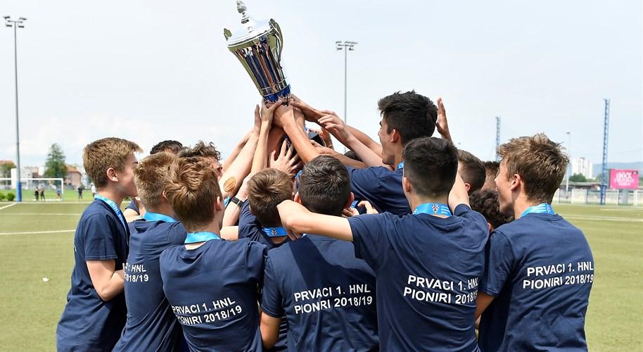 Trofej pionirskog prvaka u rukama Lokomotive