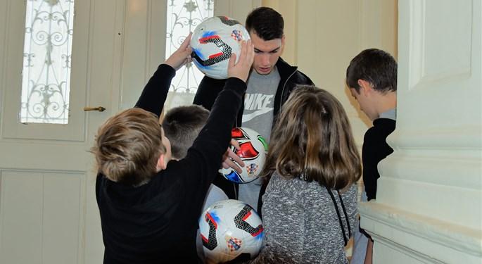 Dominik Livaković i delegacija HNS-a darovali djecu u Laduču